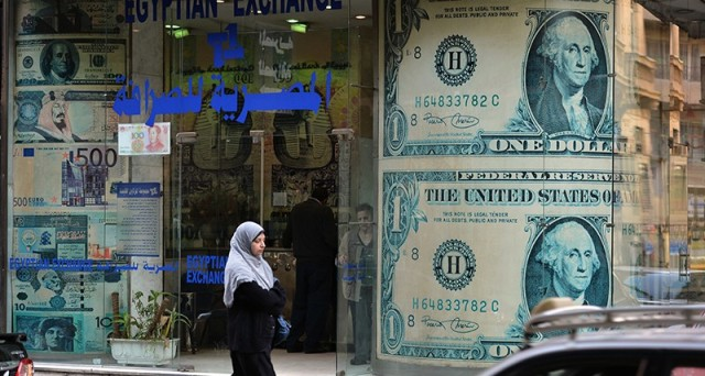 L'Egitto si accinge a svalutare la lira per la seconda volta quest'anno, al fine di arginare il rischio di una degenerazione della crisi e conseguenti rivolte popolari. Ma i sacrifici per gli egiziani non mancheranno.
