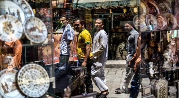 Maxi-svalutazione della lira egiziana ieri, dopo che il governo ha dato l'addio al cambio fisso con il dollaro. Ecco perché i