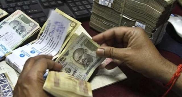 La lotta al contante sta degenerando in India, dove oltre al ritiro dell'86% del cash circolante, il governo ipotizza di dimezzare i conti sospetti e di sequestrarli in parte. Dichiarata guerra anche all'oro.