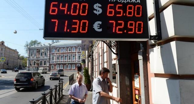 Il rublo in Russia continua a tenersi forte contro il dollaro, nonostante il ripiegamento delle quotazioni del petrolio. Vediamo cosa starebbe rafforzando il cambio.