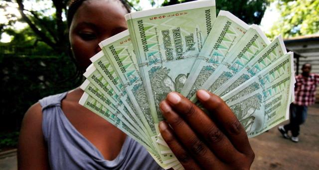 La sovranità monetaria è percepita come un grosso rischio nello Zimbabwe, dove da oggi vengono emesse banconote locali, ma sul cui valore si dubita. E alla mente corre il ricordo dell'iperinflazione del 2009.