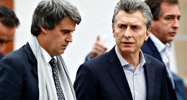 L'Argentina perde il ministro delle Finanze, sostituito dal presidente Macri da due uomini. C'è impazienza per i risultati, dopo il varo delle prime riforme pro-mercato. L'economia è ancora in recessione.