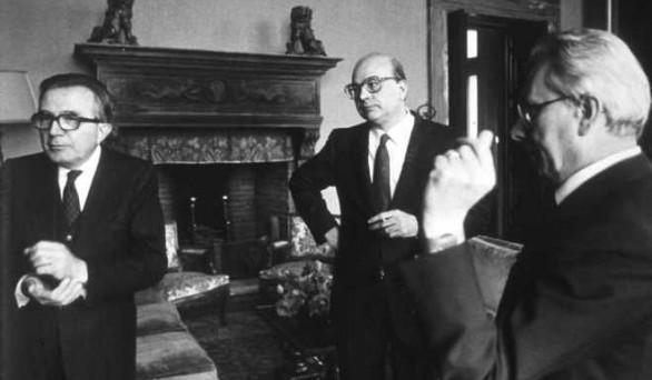 Con il salvataggio delle banche italiane, l'affaire Mediaset e il caso Telecom, si riapre ufficialmente la Prima Repubblica, basata su un perfetto scambio tra interessi privati e affari pubblici.