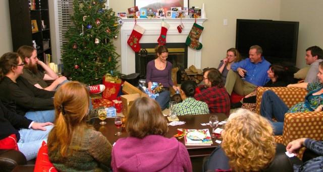 Pranzo di Natale con autocertificazione ma senza nomi, le regole per spostarsi dai parenti