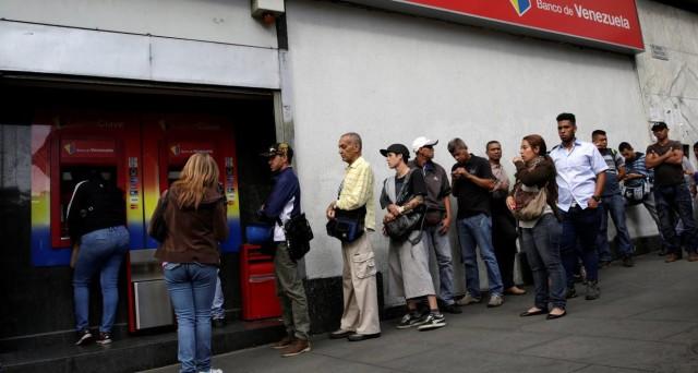La crisi in Venezuela si arricchisce del ritiro delle banconote da 100 bolivar, che ha già provocato una carenza di liquidità, facendo risalire il cambio sul mercato nero del 17% contro il dollaro in pochi giorni.