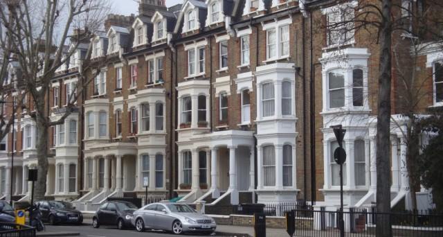 Comprare casa a Londra conviene con la sterlina debole e i prezzi degli immobili verso la stabilizzazione. Su tutto aleggia la Brexit.