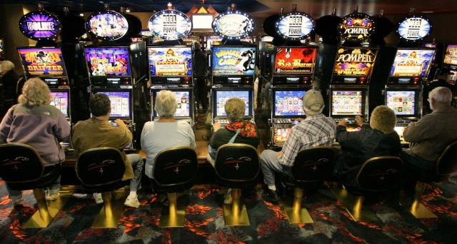 Il gioco d'azzardo sale a 95 miliardi all'anno in Italia. Spendiamo 1.500 euro a testa in gratta e vinci, Lotto, Superenalotto, poker, etc. Ma un milione di giocatori è patologico.