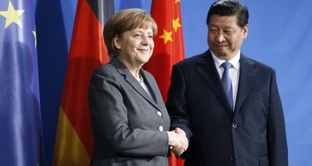 La Merkel crea l'asse con la Cina per difendere la globalizzazione economica contro i tentativi del presidente Trump di costruire un nuovo modello per il commercio mondiale. In gioco c'è la fisionomia dell'economia tedesca e di quella cinese.