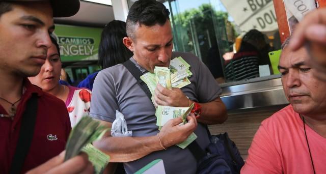 Le cifre sull'economia venezuelana sono così disastrose da rendere inevitabile prevedere l'abbandono presto del bolivar per gli scambi. Ma senza un cambio di regime non si faranno grandi passi in avanti.
