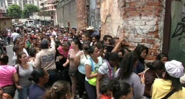 Salario minimo alzato del 50% in Venezuela, ma dove vale appena 12 dollari. I prezzi non hanno più da tempo alcun senso nel paese, secondo al mondo per numero di omicidi in rapporto alla popolazione.