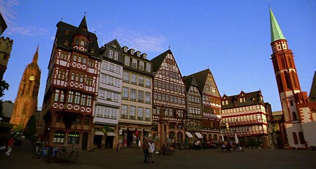 La bolla immobiliare sta emergendo anche in Germania, dove i prezzi delle case corrono dalla crisi del 2008-'09. Le famiglie tedesche sono arrabbiate contro i tassi zero della BCE e potranno esservi contraccolpi elettorali.