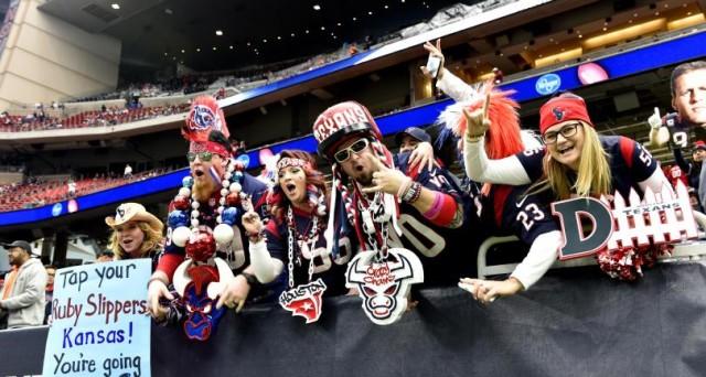 Al Super Bowl un biglietto può costare fino ai 75.000 dollari e 30 secondi di pubblicità mediamente 5 milioni. Sono le cifre da capogiro di un evento sportivo, che negli USA è senza eguali.