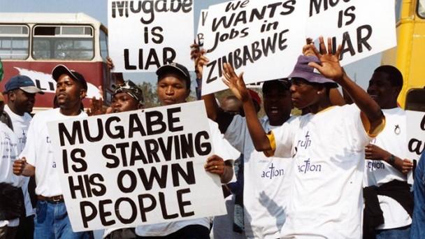 Crisi di liquidità, produzione impossibile e caccia ai dollari: lo Zimbabwe di Robert Mugabe teme l'incubo dell'iperinflazione del 2009.