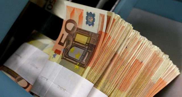 Secondo l'Istat sono aumentati i prezzi dell'ortofrutta e dei voli aerei. Il Codacons parla di altra stangata per le famiglie.