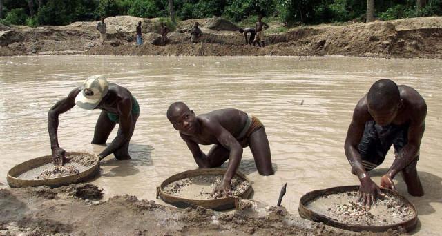 Diamante da 706 carati scoperto in Sierra Leone, tra i più grandi di sempre. E già è polemica su chi debba gestire il ricavato.