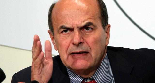 L'ex segretario pensa ad una futura alleanza con i pentastellati. Stop dai cinquestelle. Critici i democratici. E Berlusconi pensa a rimettere in piedi il centrodestra.
