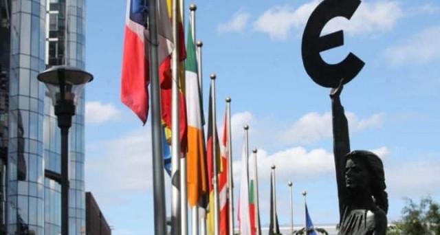 Inflazione in deciso calo a marzo nell'Eurozona. Pesa il ripiegamento delle quotazioni del petrolio, ma i bond non recuperano.