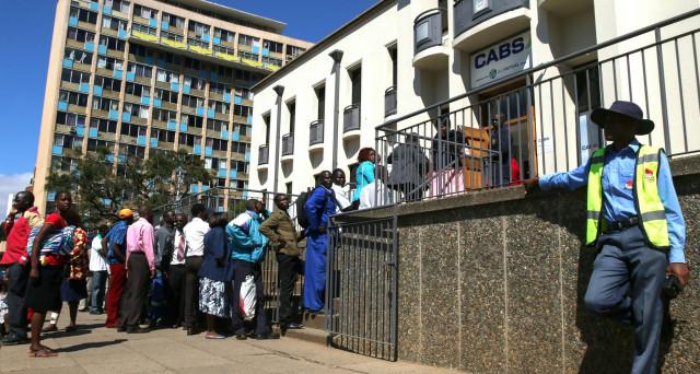 La crisi di liquidità travolge l'economia dello Zimbabwe, che rischia di precipitare nell'incubo di 8 anni fa, quando esplose l'iperinflazione.