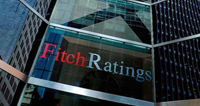 Fitch declassa il rating sul debito pubblico italiano e lancia due assist, uno al governo Gentiloni e l'altro a Matteo Renzi.