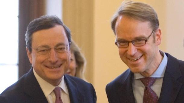 Mario Draghi segnala di non volere alzare i tassi presto e di proseguire negli stimoli monetari. Gli replica il banchiere tedesco Jens Weidmann, che polemizza contro gli incentivi errati offerti ai governi dell'Eurozona.