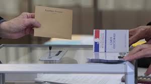 Al ballottaggio per le elezioni presidenziali in Francia approdano Emmanuel Macron e Marine Le Pen. Fuori dai giochi i candidati dei due schieramenti principali, ma il dramma si consuma tra i socialisti, azzerati dal voto di ieri sera.