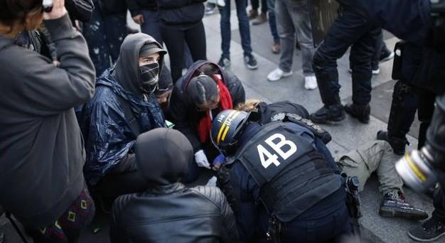 Dopo il primo turno delle elezioni presidenziali francesi tumulti e scontri tra polizia e studenti.