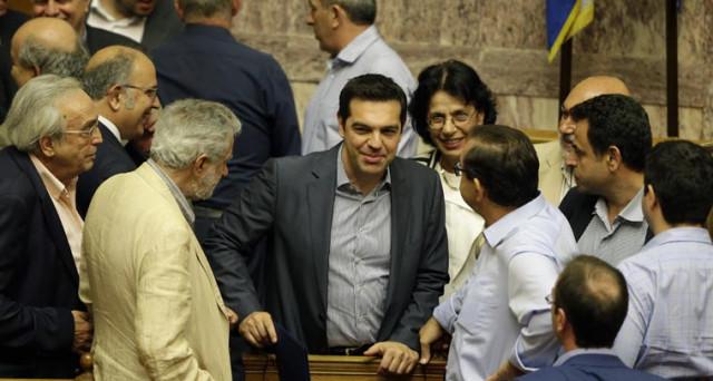 La Grecia chiude il bilancio 2016 in attivo per la prima volta dopo 31 anni, ma adesso pretende la rinegoziazione dell'immenso debito pubblico. Nel frattempo, tagliate le pensioni di reversibilità.