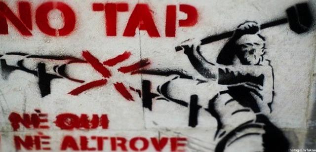 Cadono le recinzioni del cantiere del Gasdotto Tap a San Foca di Melignano in Puglia dopo lo stop dei lavori per volere del Tar. Intanto la protesta del No Tap prosegue e domani in strada scenderanno gli studenti leccesi.