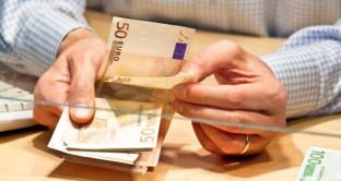 Una patrimoniale nella forma di prelievo forzoso sui conti bancari, l'ipotesi non più da escludere per trovare i 20 miliardi necessari a evitare il maxi-aumento dell'IVA dall'anno prossimo. Forti le pressioni internazionali.