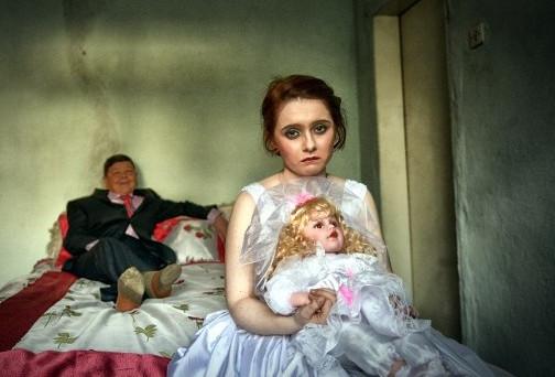 Ogni sette secondi una bambina si sposa, molte si suicidano anche in Italia: ecco il dramma  delle spose bambine e della loro infanzia violata.