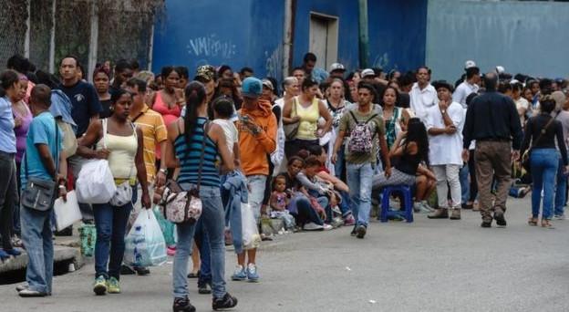 Il crollo dell'economia in Venezuela crea allarme anche a Cuba, costretta già a tagliare i consumi energetici. File davanti ai distributori di carburante e alle fermate dei bus. Ma è solo l'inizio.