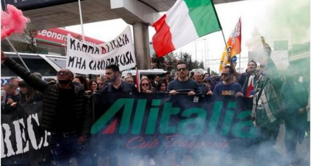 Ipotesi di un referendum-bis tra i dipendenti Alitalia. Lanciata dalla Cisl, sarebbe più un modo per sostenere la proposta di Matteo Renzi che non per risolvere realmente la crisi della compagnia. Ma incombono rischi molto seri.