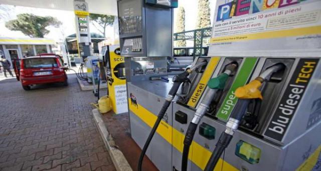 Ancora in discesa i prezzi dei carburanti in scia al ribasso del prezzo del petrolio. La benzina si attesa a 1,513 euro/litro, mentre il diesel a 1,358