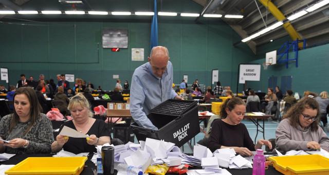 Crollo dei laburisti alle elezioni locali nel Regno Unito, mentre i conservatori del premier Theresa May fanno il botto. Premiato sulla Brexit e a un mese dalle elezioni politiche anticipate, il governo esce rafforzato in avvio di negoziato con la UE.