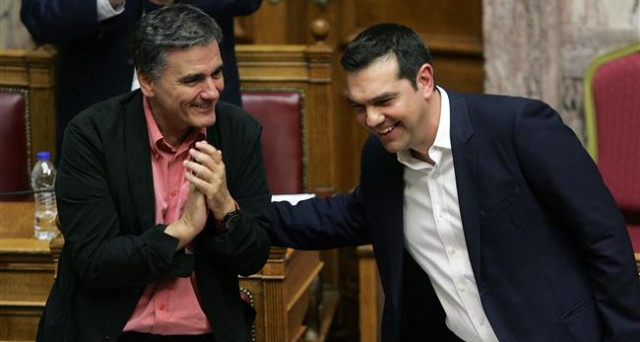 La Grecia ottiene nuovi aiuti dalla Troika, ma dovrà tagliare le pensioni e aumentare le tasse con minori detrazioni. Ma il governo Tsipras sta per ottenere la ristrutturazione dell'immenso debito pubblico ellenico.