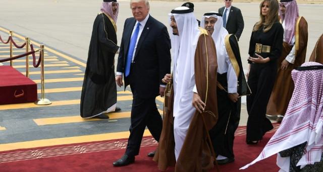 La visita di Donald Trump in Arabia Saudita è stata un gran successo. Riavvicinamento al mondo islamico e sunnita, ma soprattutto asse con Riad contro Iran. Firmati accordi per 380 miliardi di dollari.