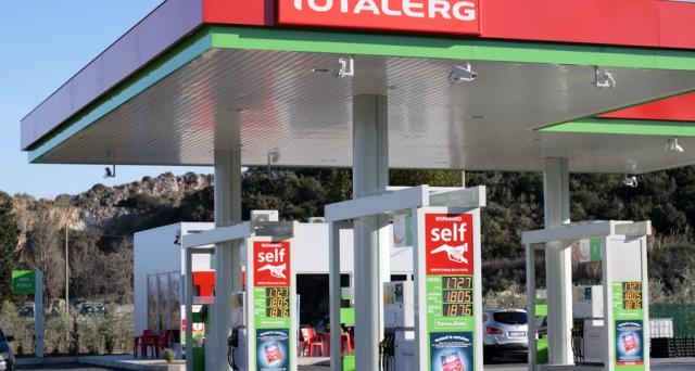 Prosegue la discesa dei prezzi dei carburanti alle stazioni di servizio. TotalErg taglia di 1 centesimo il costo della benzina e del diesel