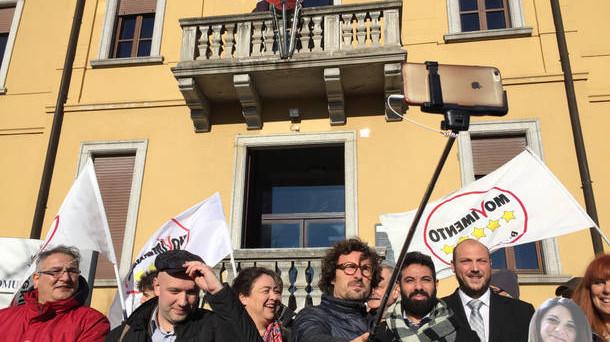 Il Movimento 5 Stelle perde le elezioni comunali, ma resta molto forte sul piano nazionale. Centro-destra e PD possono ancora ribaltare le sorti di una loro prevedibile sconfitta alle prossime politiche, ma al costo di giocare diversamente la partita.