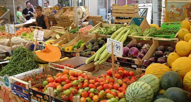 Mentre i commercianti si attrezzano per consegnare prodotti a casa, le segnalazioni sul rialzo dei prezzi al supermercato continuano. Le aziende dolciarie temono anche per la colomba di Pasqua.