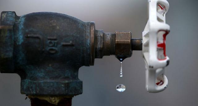Caldo record, siccità e razionamento acqua: ecco come vendiamo le nostre risorse alle Multinazionali, i dati