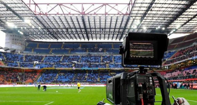 Il calcio di serie A non sappiamo ancora dove e se verrà trasmesso in una rete televisiva. Mediaset si è tirata indietro (per ora) e la Lega ipotizza di crearsi un canale per conto suo.
