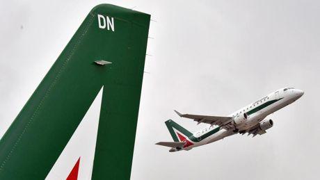 Alitalia, rischio blocco dei voli? Lo scontro tra Assaeroporti e Enac, ma a pagare saranno i cittadini