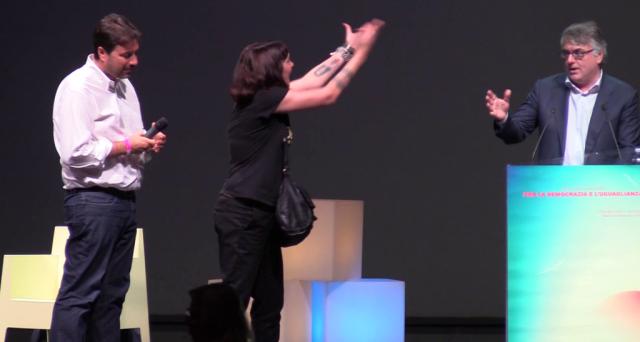 Al Teatro Brancaccio un tentativo grottesco di unione della sinistra italiana: fischi, insulti e un video illuminante. Un'analisi.