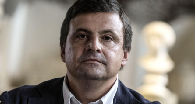 Crescono le distanze tra Carlo Calenda e Matteo Renzi nella maggioranza. Il ministro è corteggiato da Silvio Berlusconi, ma potrebbe correre a premier per il centro-sinistra, al posto del segretario del PD.