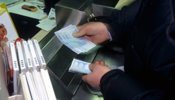 Gli italiani tengono i loro soldi sul conto corrente. Troppa ricchezza liquida, chiediamoci perché e se è un bene.