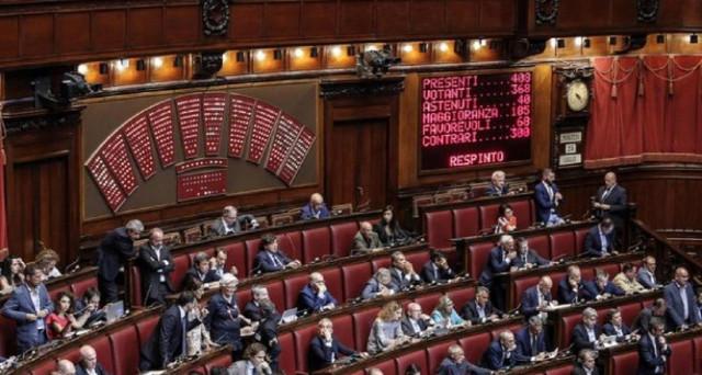 Mentre è stato dato il via libera all'aumento di 85 euro per i contratti statali aumentano gli stipendi per i dipendenti di Camera e Senato.