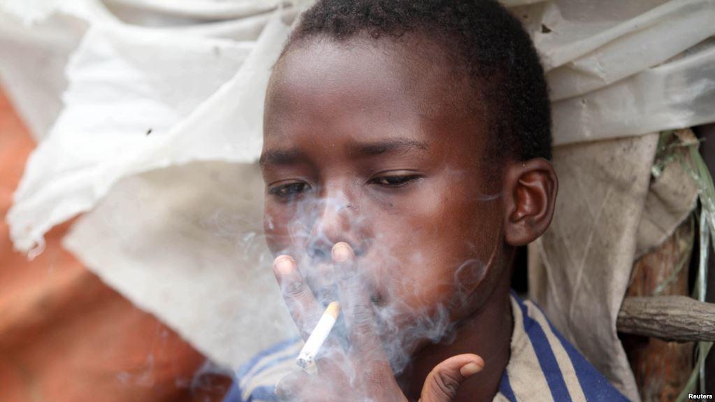 Vietare fumare nei paesi ricchi? E allora si punta sui giovani poveri