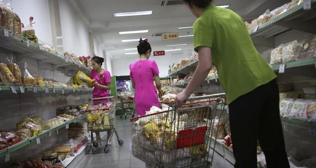 Il capitalismo prende vita persino nello stato più comunista del pianeta, dove sorgono da tempo attività private. Eppure, il benessere guadagnato in questi anni rischia di andare perso per le stravaganze di Kim Jong-Un.