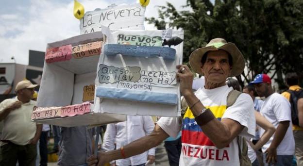 Venezuela sempre più nel baratro, anche se dal regime di Nicolas Maduro non vi sono segnali di apertura alla comunità internazionale. Si teme il default, ma il vero incubo resta la drammatica crisi umanitaria del paese andino.