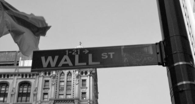 Volatilità mai così bassa da 90 anni in borsa, ma forse non è ottimismo, bensì paralisi tra gli investitori. Sui mercati è alto il rischio crac.